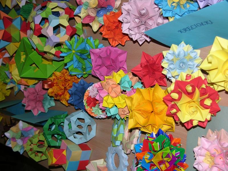 """Przeglądasz zdjęcia z artykułu: Warsztaty """"Matematyczne origami"""" w ramach projektu """"Magia Matematyki"""""""